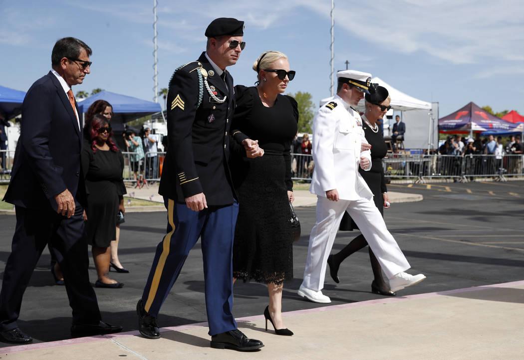 Jimmy McCain, segundo desde la izquierda, camina con Meghan McCain mientras Jack McCain camina con su madre, Cindy McCain, a la derecha, cuando llegan para un servicio conmemorativo en North Phoen ...