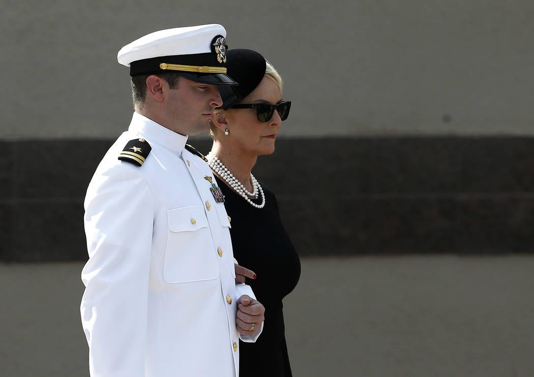 Jack McCain, a la izquierda, escolta a su madre Cindy McCain, a la derecha, antes de un velorio en memoria del senador John McCain, republicano de Arizona, en la iglesia bautista North Phoenix el ...