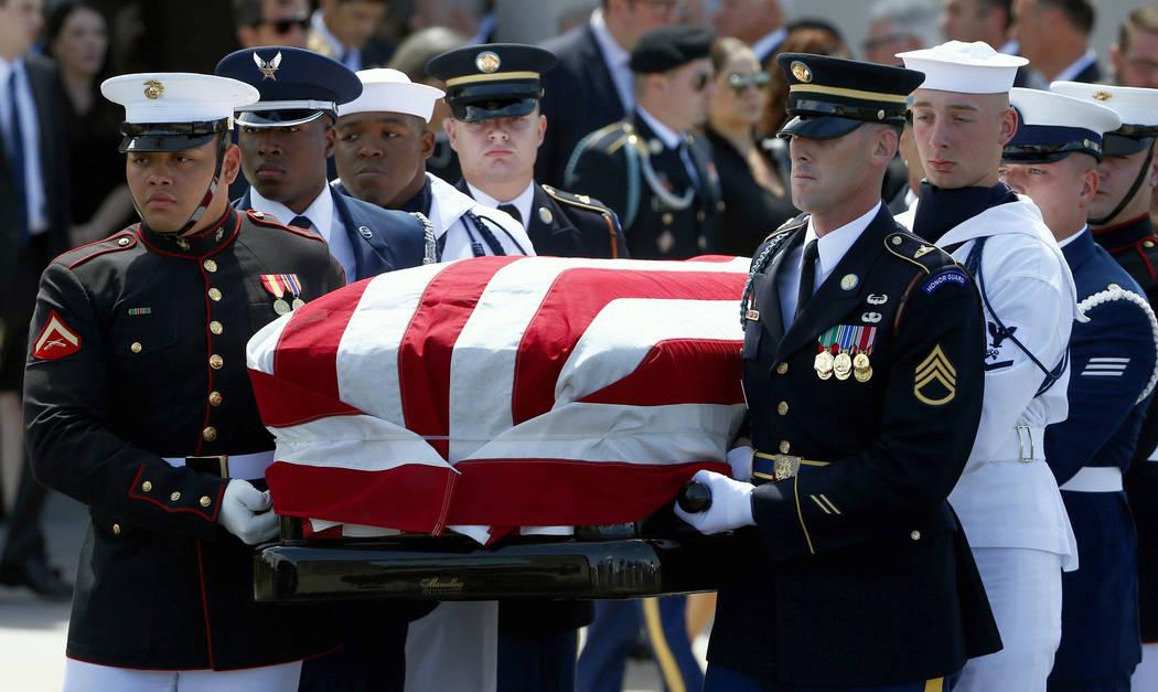 Un guardia de honor militar lleva el ataúd del senador John McCain, R-Ariz., Después de un servicio conmemorativo en la Iglesia Bautista North Phoenix el jueves 30 de agosto de 2018 en Phoenix. ...