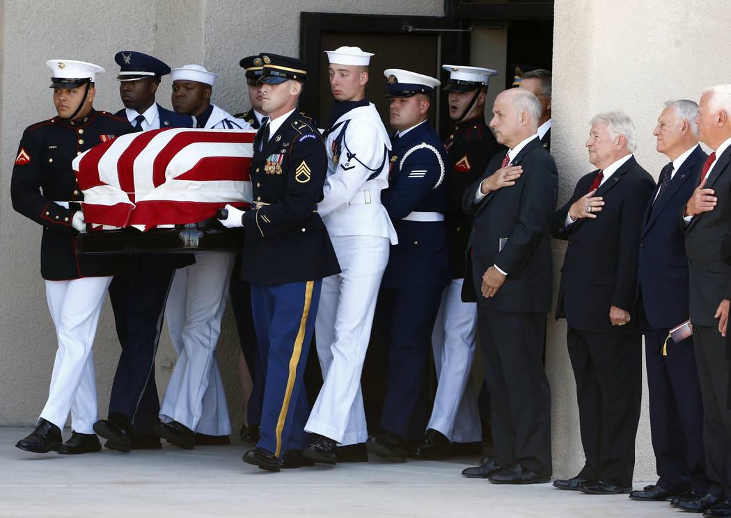 Una guardia de honor militar camina con el ataúd del senador John McCain, R-Ariz., Después de un servicio conmemorativo en la Iglesia Bautista North Phoenix el jueves 30 de agosto de 2018 en Pho ...