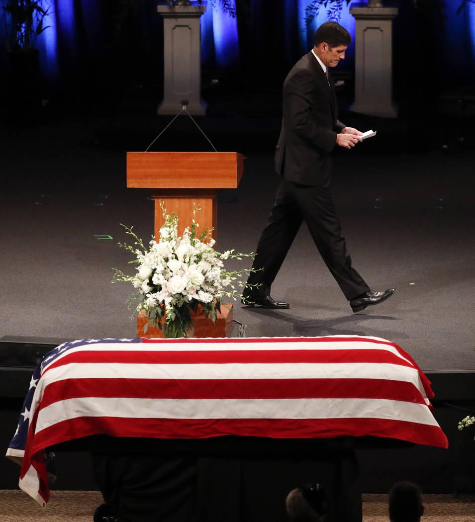 Andrew McCain camina desde el podio después de leer las Escrituras durante el servicio conmemorativo en la Iglesia Bautista North Phoenix para el Senador John McCain, R-Ariz., El jueves 30 de ago ...