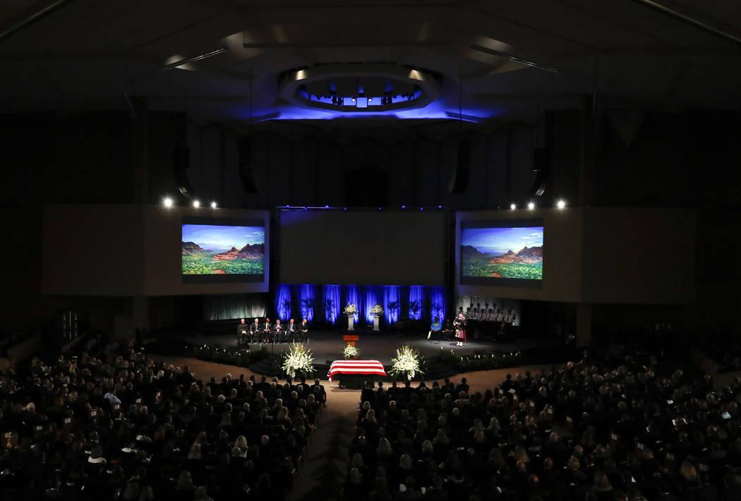 Jay Smith toca la gaita durante el servicio conmemorativo en la Iglesia Bautista North Phoenix para el Senador John McCain, R-Ariz., El jueves 30 de agosto de 2018 en Phoenix. (AP Photo / Matt Yor ...