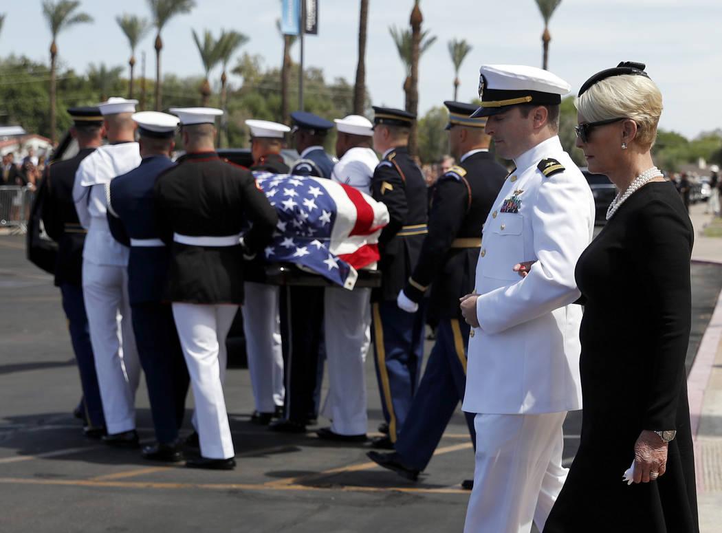 Cindy McCain camina con su hijo Jack mientras la guardia de honor lleva el ataúd después del funeral del senador John McCain, republicano de Arizona, en la Iglesia Bautista North Phoenix el juev ...