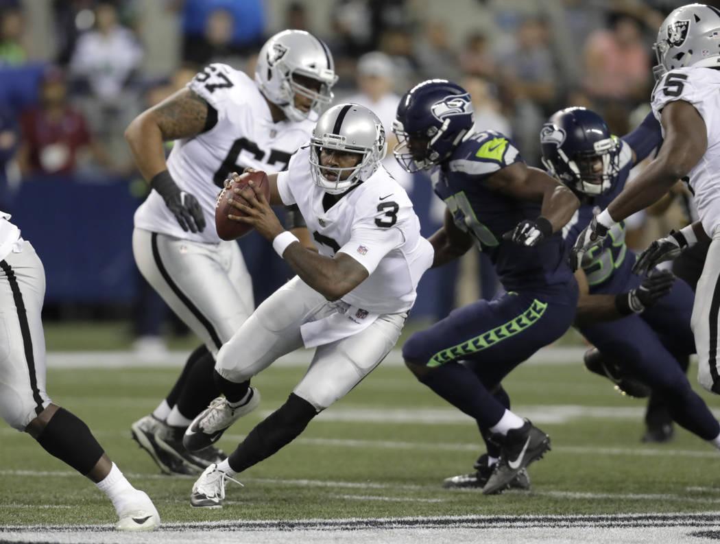 El mariscal de campo de los Oakland Raiders, EJ Manuel (3), lucha contra los Seattle Seahawks durante la primera mitad de un partido de pretemporada de fútbol de la NFL, el jueves 30 de agosto de ...