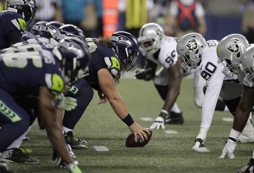 Los jugadores de Seattle Seahawks y Oakland Raiders se alinean en scrimmage durante la primera mitad de un partido de pretemporada de fútbol de la NFL, el jueves 30 de agosto de 2018 en Seattle. ...
