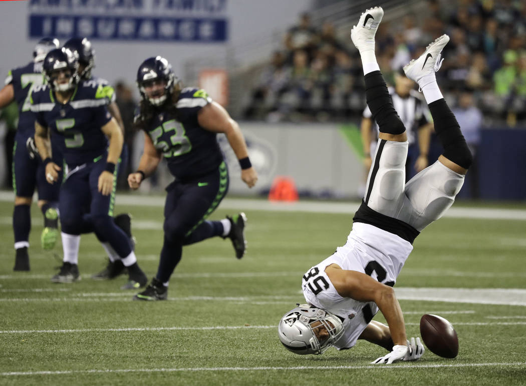 Los jugadores de los Seahawks de Seattle observan cómo el linebacker de los Oakland Raiders, Kyle Wilber (58) intenta interceptarlo pero no puede mantener el balón durante la segunda mitad de un ...