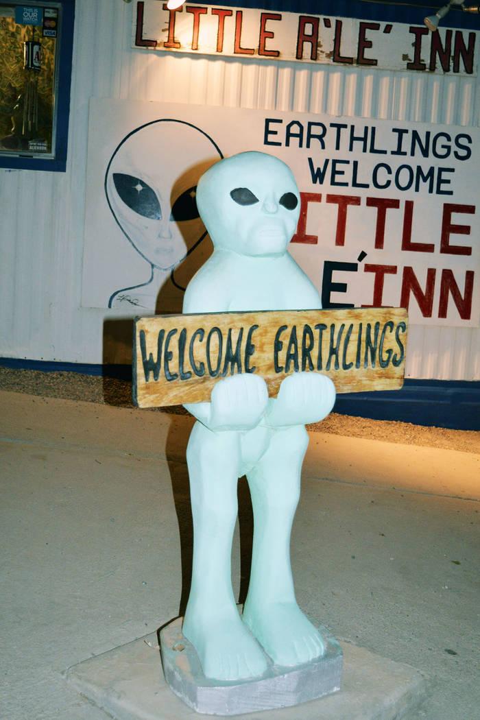 """La estatua de un supuesto extraterrestre da la bienvenida a los """"terrícolas"""" en el restaurante del Little A'le'Inn. Domingo 26 de agosto de 2018 en Rachel, Nevada. Foto Frank Alejandre / ..."""
