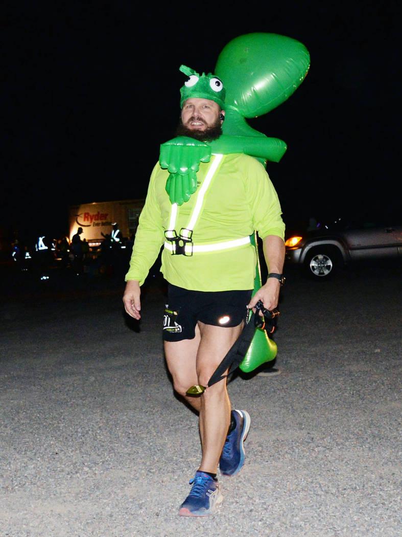 La carrera nocturna permitió la extravagancia en los atuendos. Domingo 26 de agosto de 2018 en Rachel, Nevada. Foto Frank Alejandre / El Tiempo.