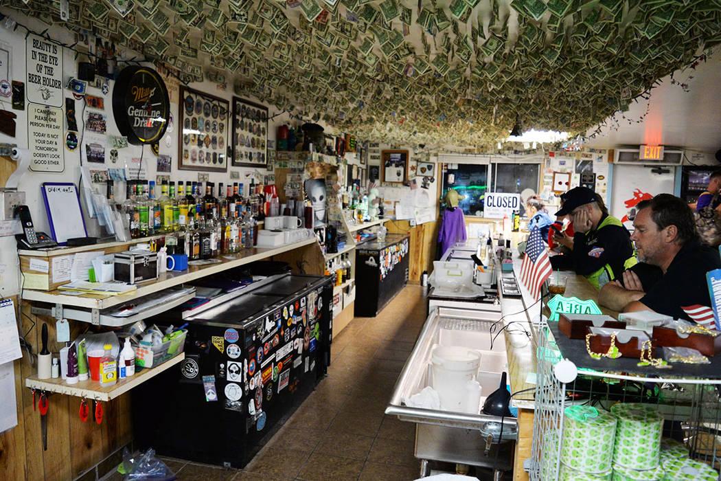 En el restaurante del Little A'le'Inn, cuelgan del techo billetes de varias denominaciones y de diferentes países, dejados por turistas que lo han visitado. Domingo 26 de agosto de 2018 en Ra ...