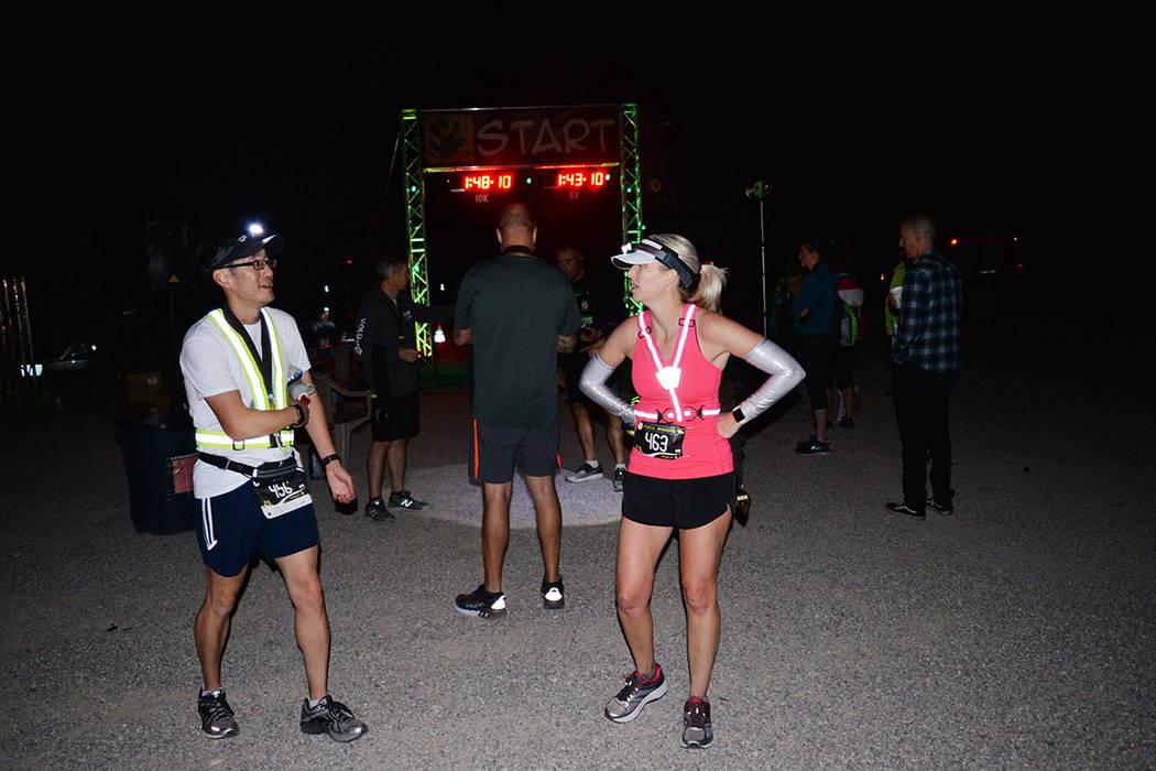 Casey Chernesky -derecha- conversa con Emil Cheng, al finalizar el medio maratón. Su tiempo fue de 2:18:01 y 2:16:04 horas, de manera respectiva. Domingo 26 de agosto de 2018 en Rachel, Nevada. F ...