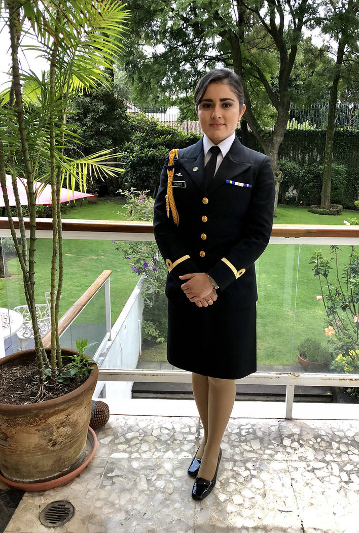 México, 30 Ago 2018 (Notimex- Angélica Guerrero).- Con tan solo 24 años de edad, Gloria Carolina Cházaro Berriel ha logrado el cargo de Teniente de Corbeta del Cuerpo General de la Secretaría ...