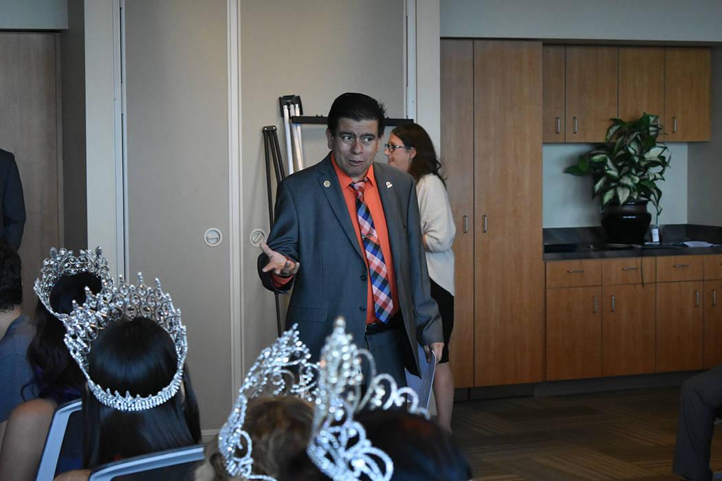 El concejal Isaac Barrón explicó la forma de trabajo que se ha realizado en North Las Vegas para el desarrollo económico. Jueves 30 de agosto en el edificio municipal de North Las Vegas. Foto A ...