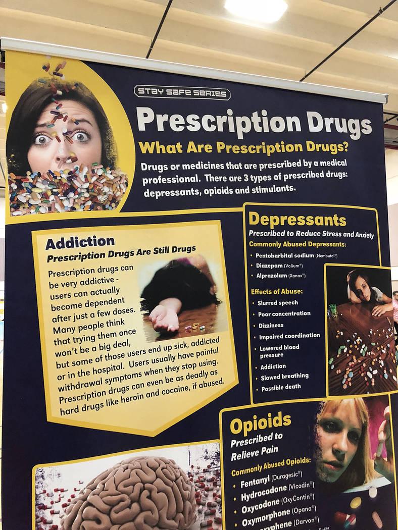 """Este cartel dice que las drogas recetadas son de tres tipos: antidepresivos, opioides y estimulantes, en evento del """"Día para prevenir la sobredosis. El 30 de agosto de 2018 en el Chuck Minker ..."""