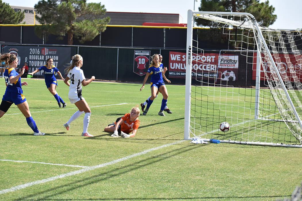 Momento en que la jugadora de UNLV, Kaila Brinkman (24) anota uno de los goles en el triunfo de su equipo 6-0 sobre CSU Bakersfield. Domingo 2 de septiembre en Peter Johann Memorial Field. Foto An ...