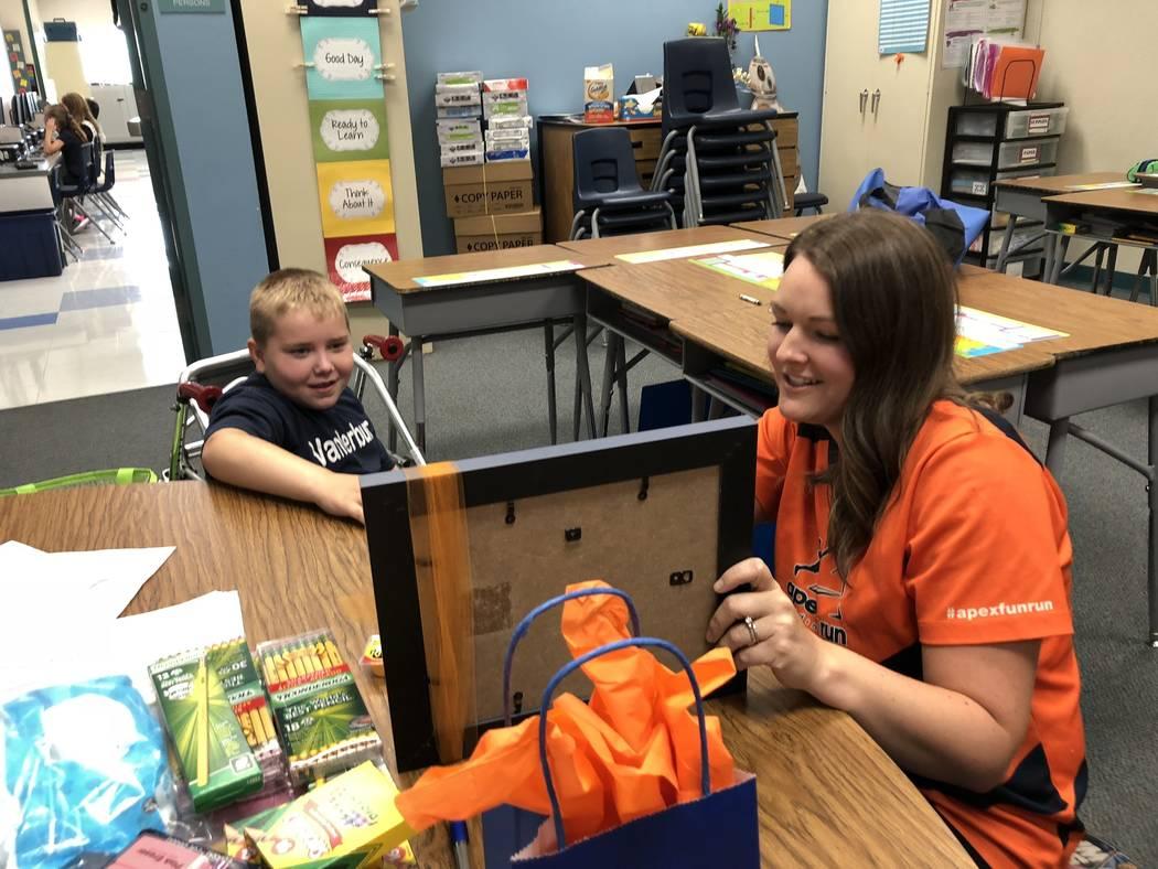 """Dylan Chalmers, un estudiante de segundo grado con parálisis cerebral, fue nombrado recientemente """"niño fuerte"""" de Apex Fun Run. Dylan recibió su premio en la Escuela Primaria Vanderburg en Hen ..."""