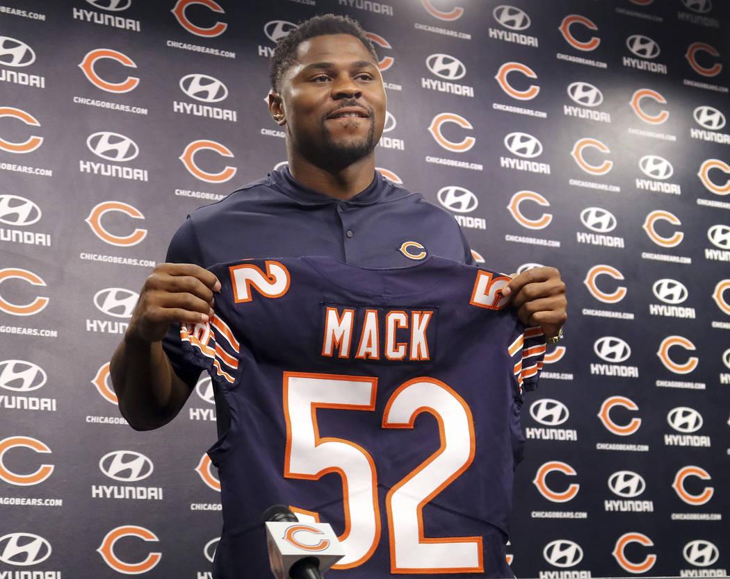 El recién adquirido jugador de los Chicago Bears, Khalil Mack, quien muestra su camiseta después de hablar con los medios durante una conferencia de prensa el domingo 2 de septiembre de 2018 en ...