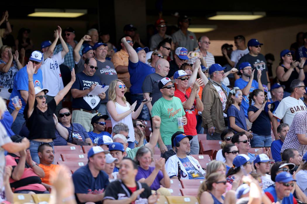 Fans de Las Vegas 51s aplauden durante el juego final en Cashman Field en Las Vegas el lunes, 3 de septiembre de 2018. El equipo se mudará a un nuevo estadio en Summerlin la próxima temporada. K ...