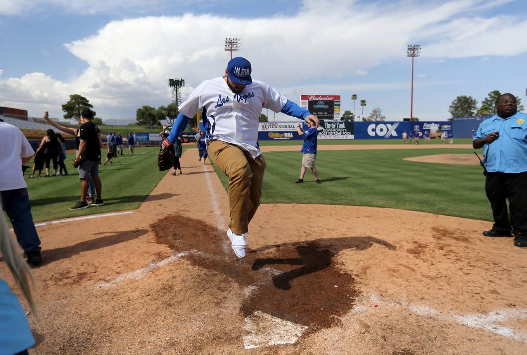 El fan de Las Vegas 51s, Kendall Williamson, salta al plato después de correr las bases tras del juego final en Cashman Field en Las Vegas el lunes, 3 de septiembre de 2018. El equipo se mudará ...