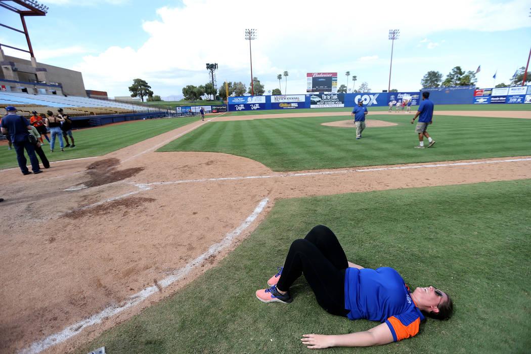 El Director de Operaciones de Boletos Siobhan Steiermann, disfruta del campo después del juego final de Las Vegas 51 en Cashman Field en Las Vegas el lunes 3 de septiembre de 2018. El equipo se m ...