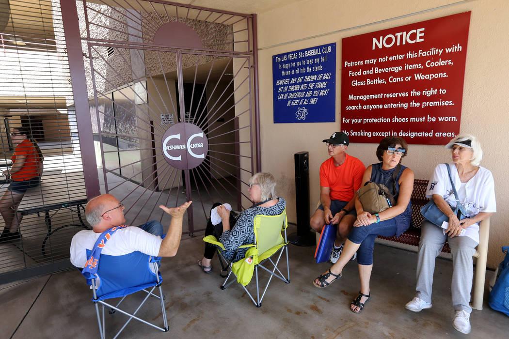 Fans esperan que se abra el estadio antes del último partido de Las Vegas de los 51s en el Cashman Field de Las Vegas el lunes 3 de septiembre de 2018. El equipo se mudará a un nuevo estadio en ...