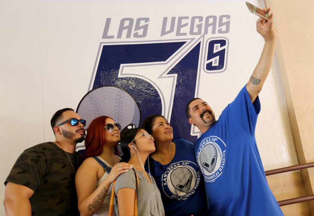 Oscar Bueno toma una selfie familiar con, desde la izquierda, Kevin Miranda, 27, Marisa Miranda, 25, Larissa Zuniga, 16, y Tina Bueno, el último juego de Las Vegas 51 en Cashman Field en Las Vega ...