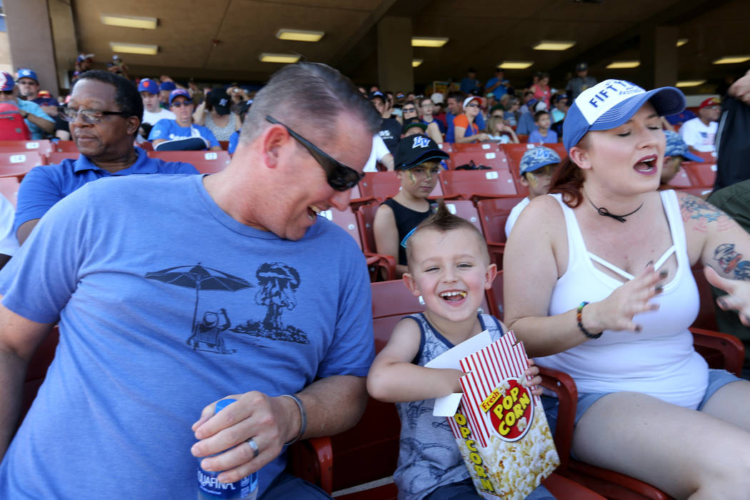 Caleb Williams, 4, con sus padres Scott y Mical-Anne antes del partido final de Las Vegas 51 en Cashman Field en Las Vegas el lunes 3 de septiembre de 2018. El equipo se mudará a un nuevo estadio ...