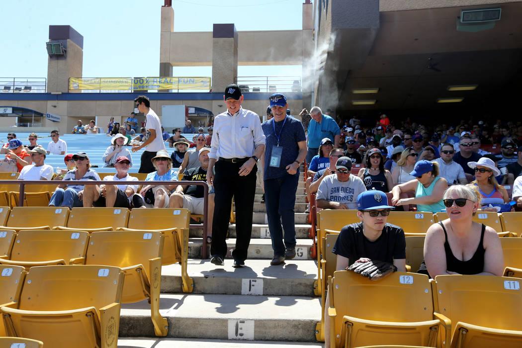 El comisionado del Condado de Clark, Larry Brown, a la izquierda, con el columnista Ron Kantowski del Las Vegas Review-Journal antes del último partido de Las Vegas en el Cashman Field de Las Veg ...