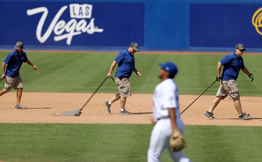 El equipo de tierra trabaja el cuadro interior entre entradas durante el último partido de Las Vegas 51 en Cashman Field en Las Vegas el lunes 3 de septiembre de 2018. El equipo se mudará a un n ...