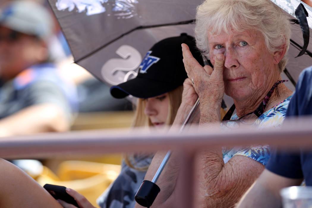 Desde hace mucho tiempo titular de boletos de temporada, Jean Vaughan, de 73 años, con su nieta Haley Vaughan, de 16, durante el último partido de Las Vegas 51 en Cashman Field en Las Vegas el l ...