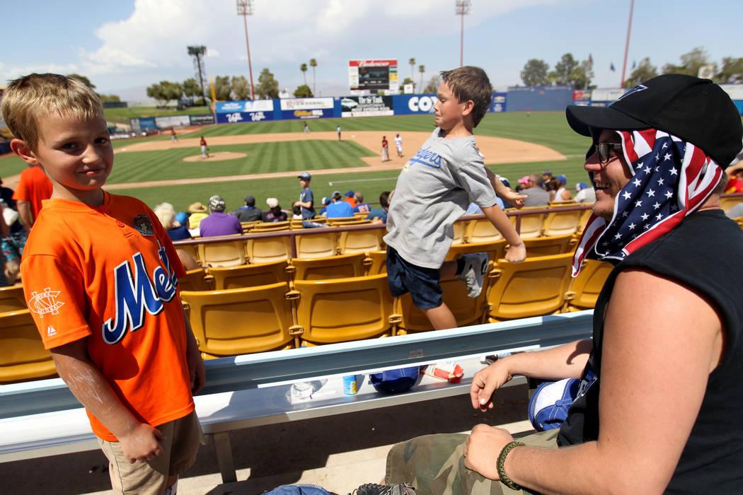 Clint Adams, a la derecha, con sus hijos Liam Adams, de 8 años, izquierda, y Shawn Adams, de 11, durante el último partido de Las Vegas 51 en Cashman Field en Las Vegas el lunes 3 de septiembre ...