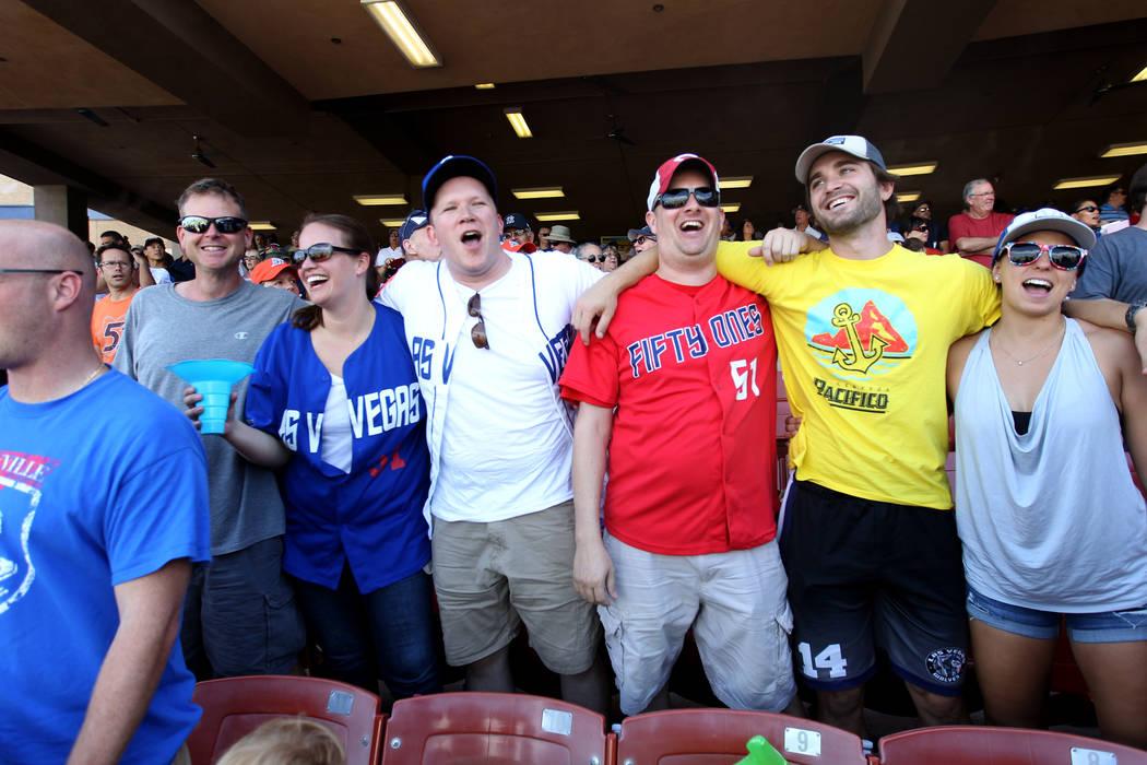 Randy Pagel, desde la izquierda, Heather Houchens, Matthew Christian, David Jackson, John Albanese y Emily Casale cantan durante el juego final de Las Vegas 51s en Cashman Field en Las Vegas el lu ...