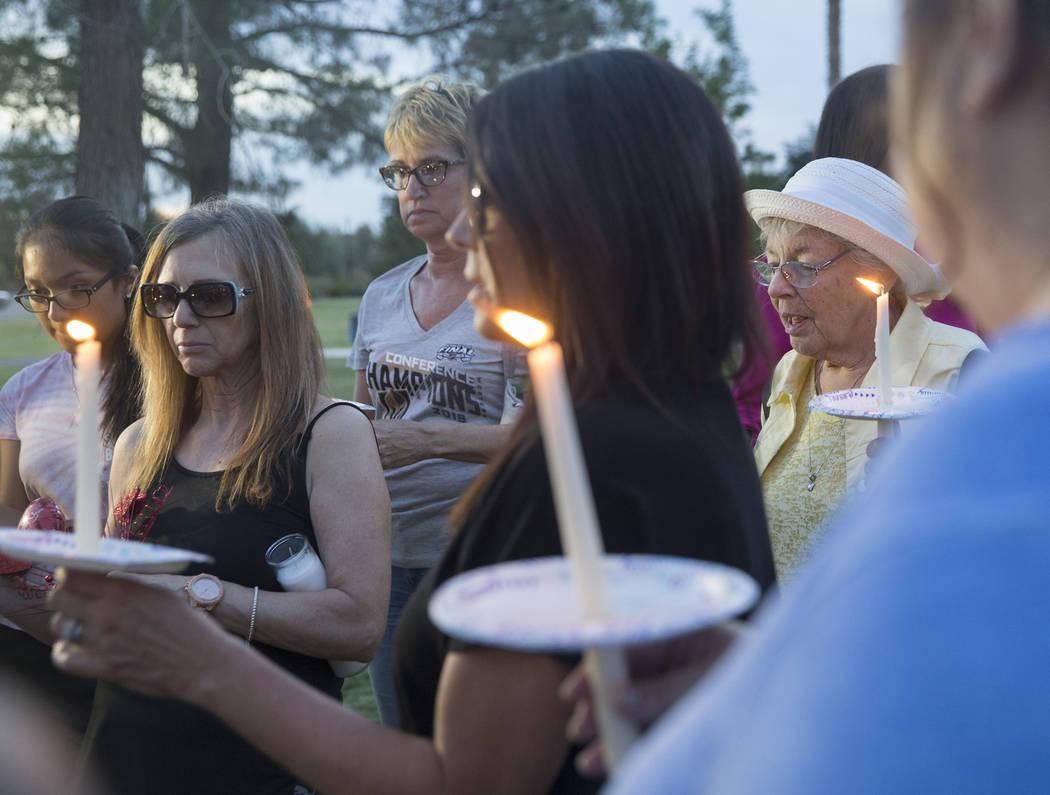 Carrol Carter, derecha, encabeza una oración durante un velorio por Levi Echenique, Daniel Theriot y Dejah Hunt en Sunset Park el martes 4 de septiembre de 2018 en Las Vegas. Benjamin Hager Las V ...