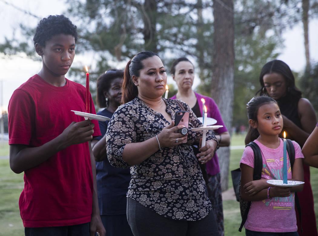 Aurion Mendiola, izquierda, escucha a un orador durante una vigilia por Levi Echenique, Daniel Theriot y Dejah Hunt en Sunset Park el martes 4 de septiembre de 2018 en Las Vegas. Benjamin Hager La ...