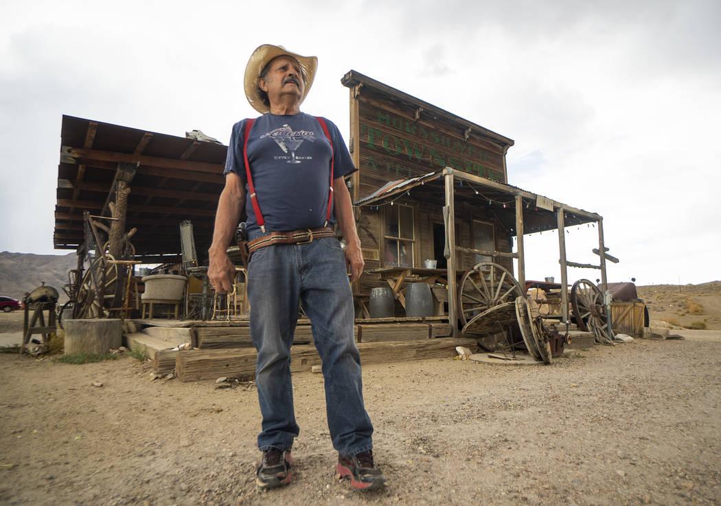 Walt Kremin posa frente a su salón en Gold Point, el martes 4 de septiembre de 2018. Después de una disputa de propiedades por décadas, la Oficina de Administración de Tierras ha anunciado pla ...