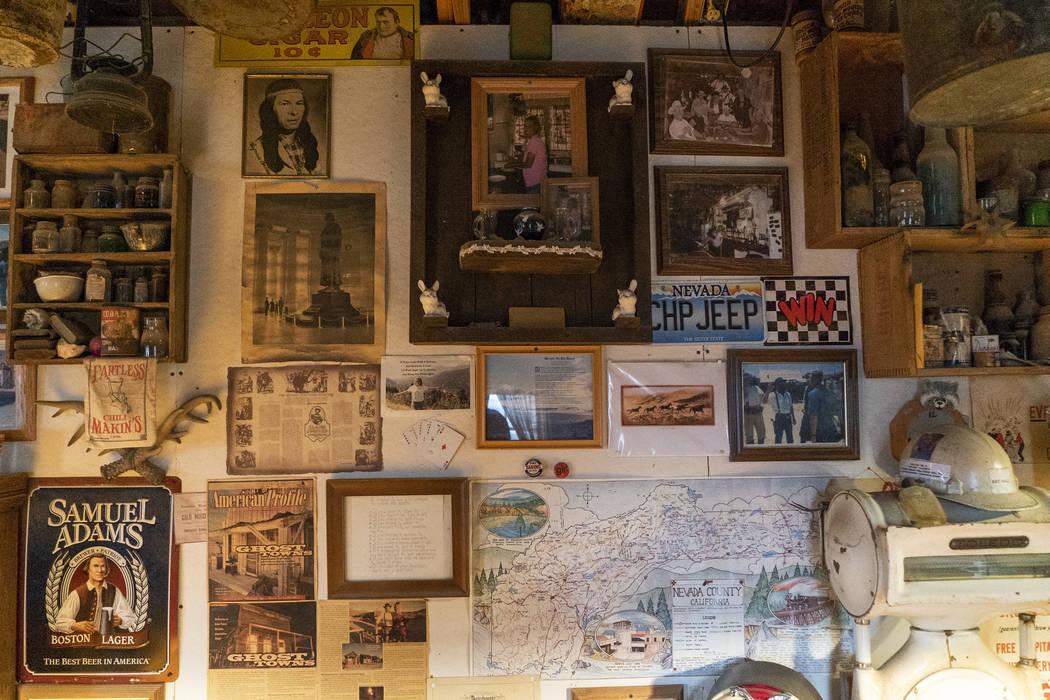 Fotos, carteles, mapas y más recuerdos del viejo oeste fotografiados en el salón de Walt Kremin en Gold Point, martes, 4 de septiembre de 2018. Después de una disputa de propiedades de décadas ...