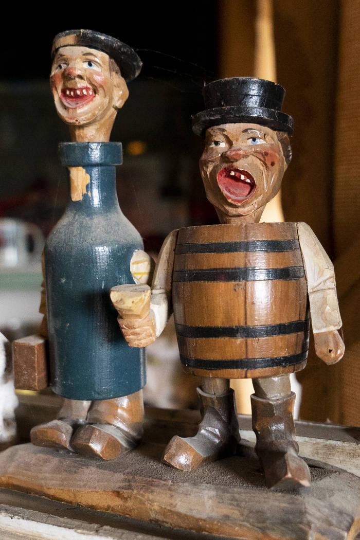 Dos figuras de madera fotografiadas en el salón de Walt Kremin en Gold Point, martes, 4 de septiembre de 2018. Después de una disputa de propiedades de décadas, la Oficina de Administración de ...