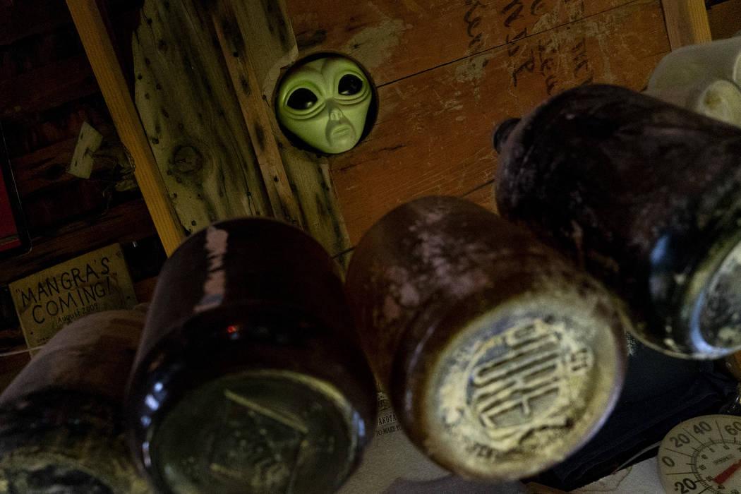 Una cabeza extraterrestre asomando por el techo fotografiada en el salón de Walt Kremin en Gold Point, el martes 4 de septiembre de 2018. Después de una disputa de propiedades de décadas, la Of ...