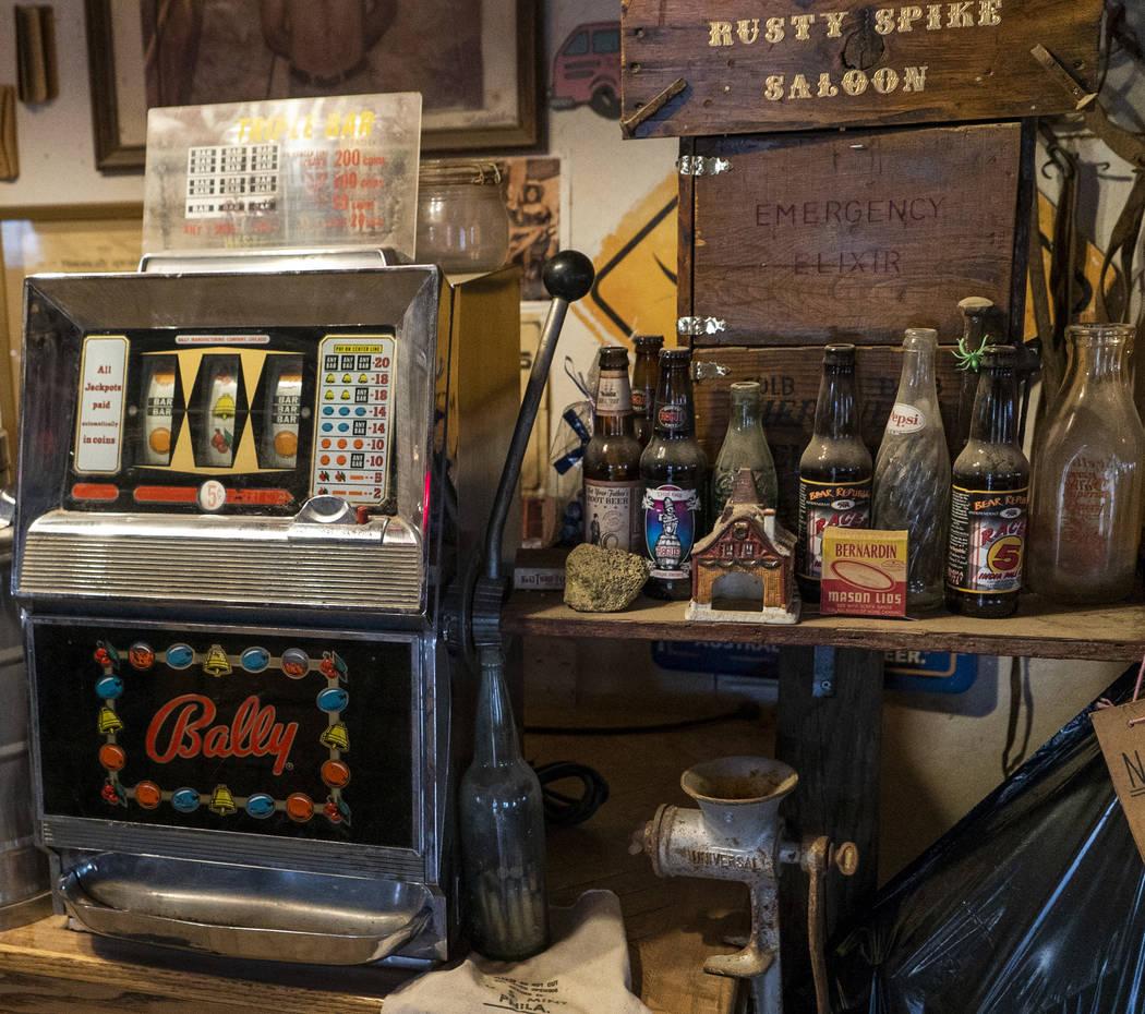 Una máquina tragamonedas antigua fotografiada en el salón de Walt Kremin en Gold Point, martes 4 de septiembre de 2018. Después de una disputa de propiedades de décadas, la Oficina de Administ ...