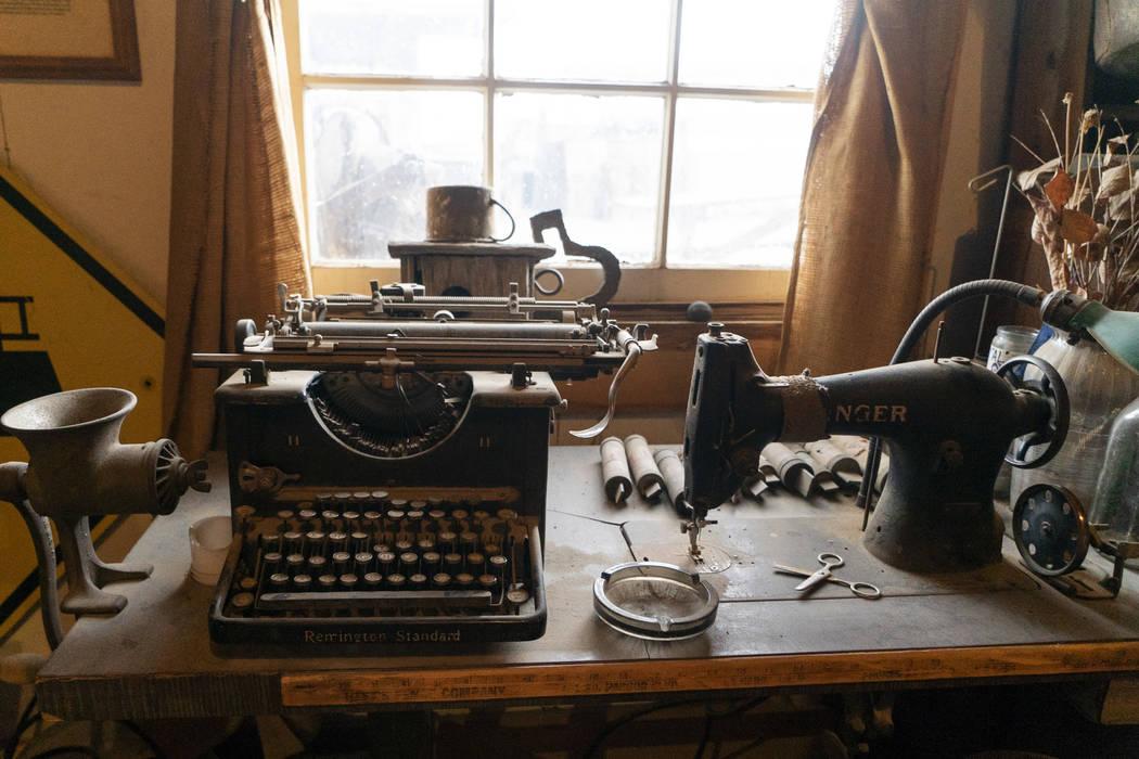 Una máquina de escribir y una máquina de coser fotografiadas en el salón de Walt Kremin en Gold Point, martes 4 de septiembre de 2018. Después de una disputa de propiedades de décadas, la Ofi ...
