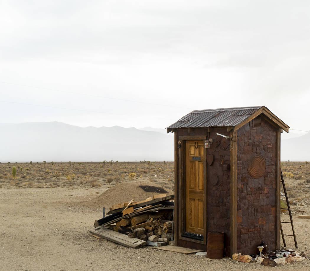 Un retrete fotografiado en Gold Point, martes, 4 de septiembre de 2018. Después de una disputa de propiedades de décadas, la Oficina de Administración de Tierras ha anunciado planes para transf ...