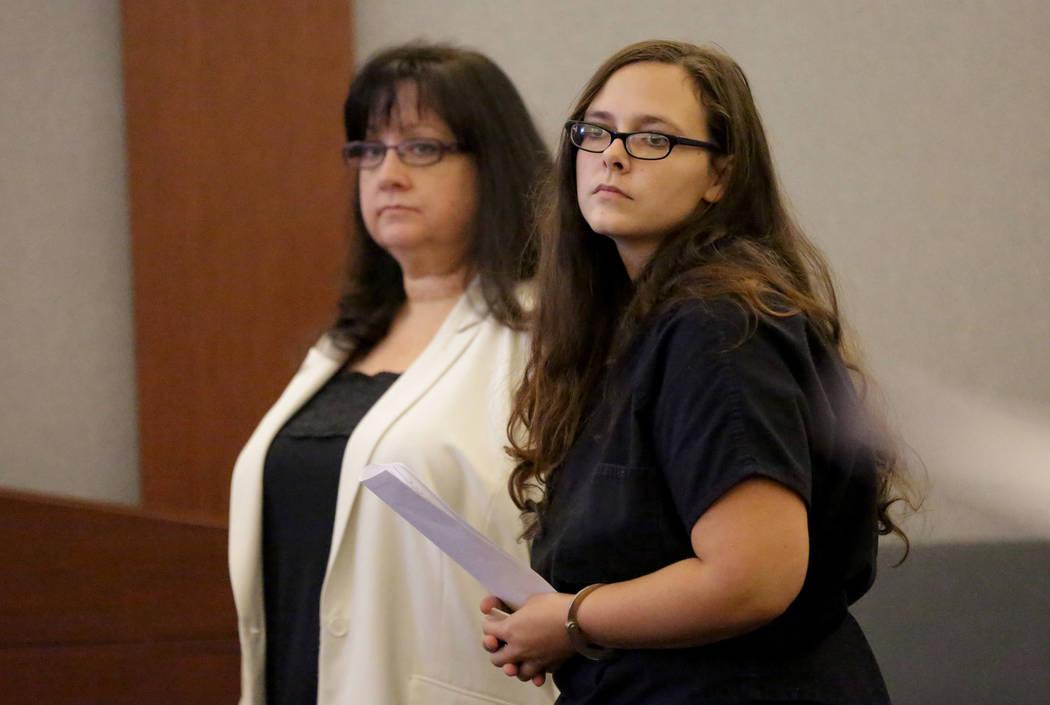 Cassie Smith, a la derecha, quien enfrenta cargos por la muerte de su hijo de 3 años, Daniel Theriot, comparecerá en la corte con la abogada Melinda Simpkins el miércoles 5 de septiembre de 201 ...