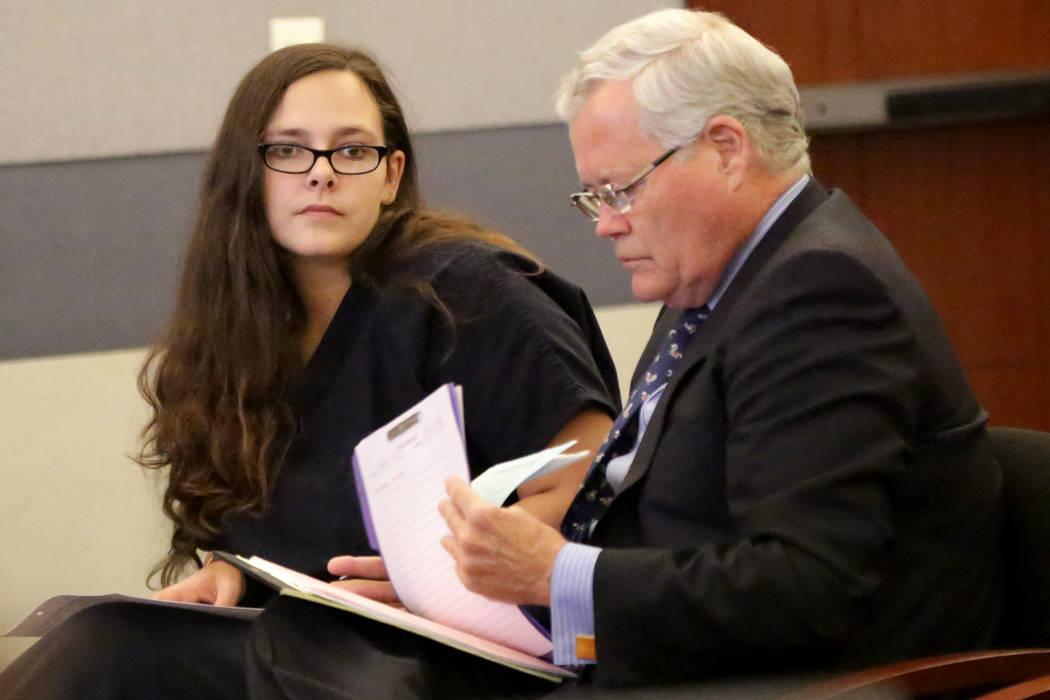 Cassie Smith, izquierda, quien enfrenta cargos por la muerte de su hijo de 3 años, Daniel Theriot, comparecerá ante el abogado Scott Bindrup el miércoles 5 de septiembre de 2018. (Michael Quine ...