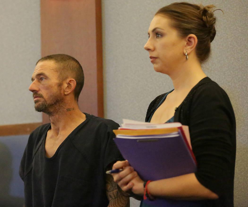 Joshua Oxford, centro, quien enfrenta cargos por la muerte de Daniel Theriot, de 3 años, comparecerá ante la abogada Sarah Hawkins el miércoles 5 de septiembre de 2018. (Michael Quine / Las Veg ...