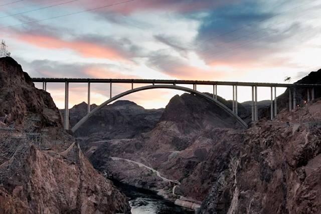 El puente de circunvalación Hoover Dam de mil 900 pies de largo, que se inauguró en octubre de 2010, cruza Black Canyon a 900 pies sobre el río Colorado, aproximadamente un cuarto de milla río ...