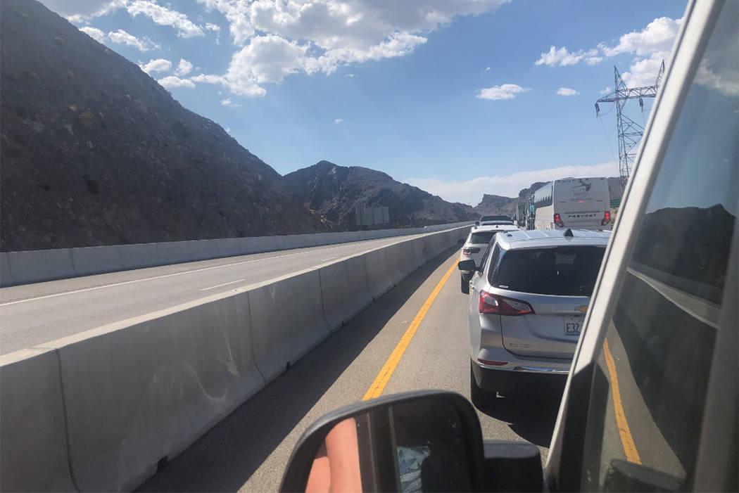 El tráfico se detiene en el puente de derivación de la presa Hoover el sábado 25 de agosto de 2018. (captura de pantalla de @ FalynneDawson20 en Twitter)