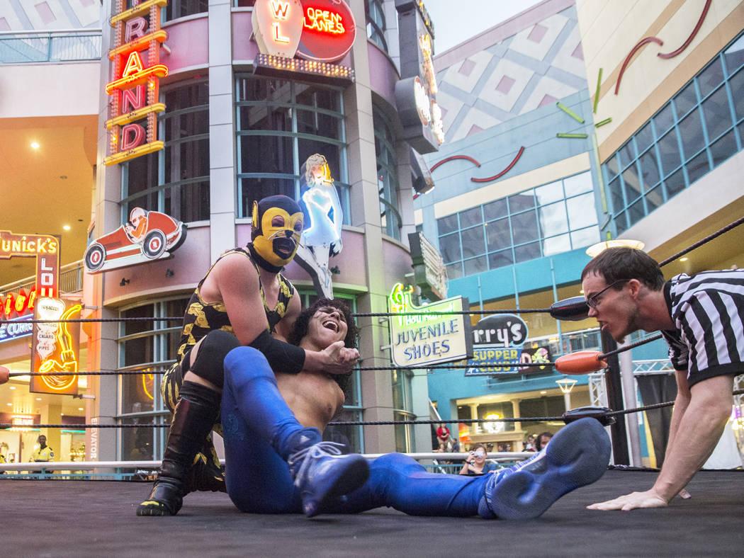 """Austin Goodfield, a la izquierda, también conocido como """"Macho Mouse"""", pone """"Vincent Pride"""" en una llave de cabeza durante un evento de lucha libre el viernes, 3 de agosto de 2018, en Neonopolis, ..."""