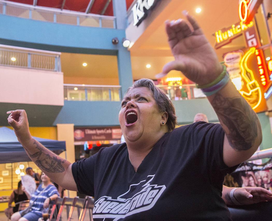 """Ofelia Rodríguez grita cuando Tyler Seifert, alias """"Tyler J. Wildhorse"""" entra al ring durante un evento de lucha libre el viernes 3 de agosto de 2018 en Neonopolis, en Las Vegas. Benjamin Hager L ..."""