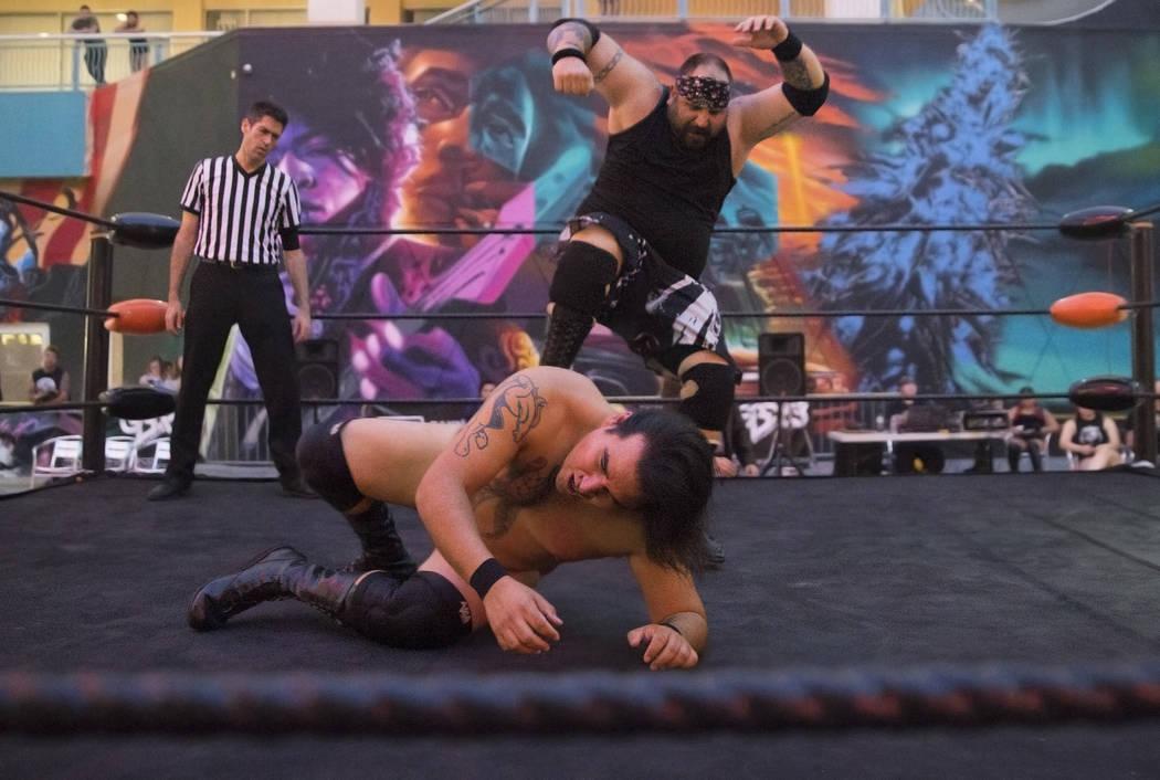 """Brandon Gregory, top, también conocido como """"Death Collector Big Dirty"""", lucha contra Tyler Seifert, también conocido como """"Tyler J. Wildhorse"""", durante un evento de lucha libre el viernes 3 de ..."""