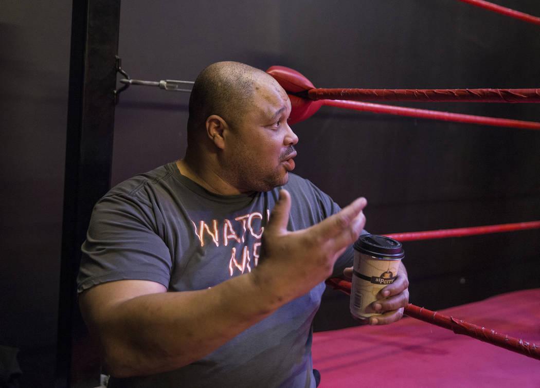 El ex luchador profesional D. Lo Brown da instrucciones a los estudiantes en The Snake Pit Pro Wrestling Academy el martes 6 de marzo de 2018 en Las Vegas. Benjamin Hager Las Vegas Review-Journal ...