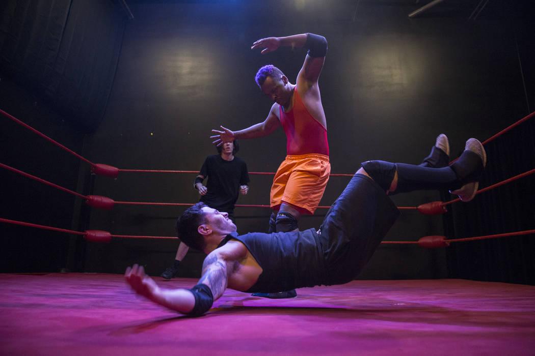Da Shade, alto, practica con Armando Ray Lopez en The Snake Pit Pro Wrestling Academy el martes 6 de marzo de 2018 en Las Vegas. Benjamin Hager Las Vegas Review-Journal @benjaminhphoto